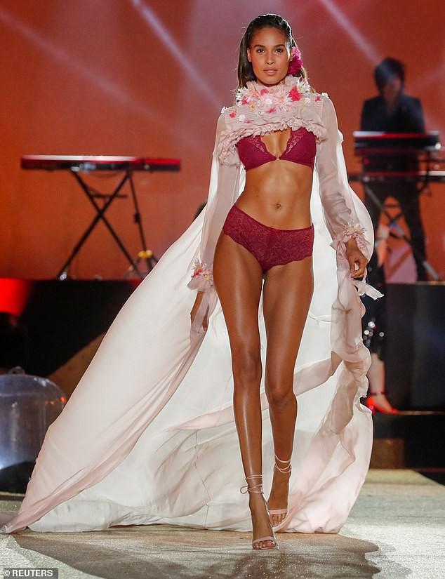 Siêu mẫu nội y Cindy Bruna đẹp nuột nà mê hoặc trên sàn catwalk - Hình 2
