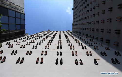 Sự thật đau lòng về 440 đôi giày cao gót đen gắn bên ngoài bức tường tòa nhà lớn ở Thổ Nhĩ Kỳ - Hình 1