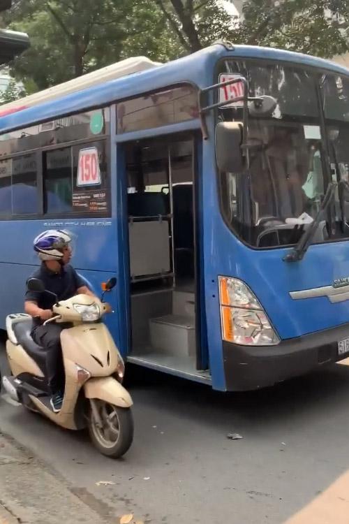Đình chỉ tài xế xe buýt bấm còi, ép xe, phun nước bọt thách thức - Hình 2