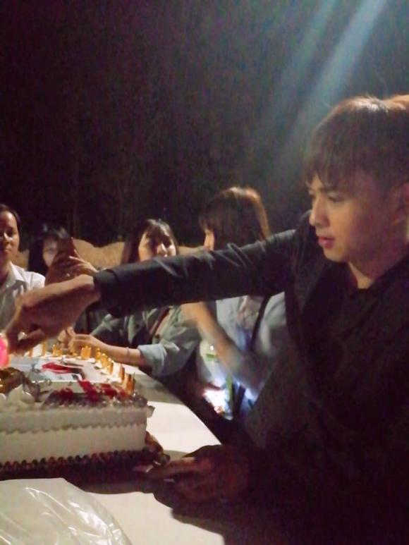Vô tư và giản dị như Hồ Quang Hiếu, vui vẻ đón sinh nhật bên lề đường cùng fan - Hình 2