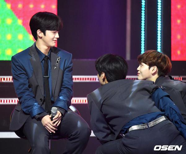 60 khoảnh khắc của X1 trên sân khấu Show Champion: Cúi lạy fan, Kim Yo Han bị thương không thể nhảy - Hình 25