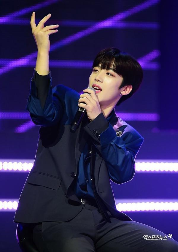 60 khoảnh khắc của X1 trên sân khấu Show Champion: Cúi lạy fan, Kim Yo Han bị thương không thể nhảy - Hình 9