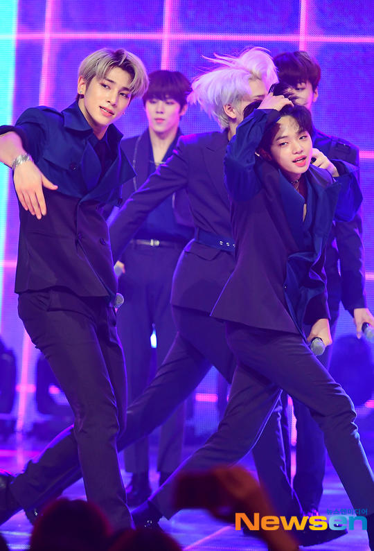 60 khoảnh khắc của X1 trên sân khấu Show Champion: Cúi lạy fan, Kim Yo Han bị thương không thể nhảy - Hình 49