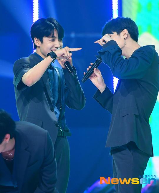 60 khoảnh khắc của X1 trên sân khấu Show Champion: Cúi lạy fan, Kim Yo Han bị thương không thể nhảy - Hình 35