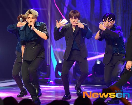 60 khoảnh khắc của X1 trên sân khấu Show Champion: Cúi lạy fan, Kim Yo Han bị thương không thể nhảy - Hình 42