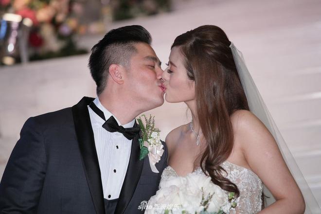 Mỹ nhân Lan Quế Phường khoe khuôn ngực căng đầy bên chồng đại gia trong hôn lễ, nhẫn kim cương khủng chiếm trọn spotlight - Hình 2