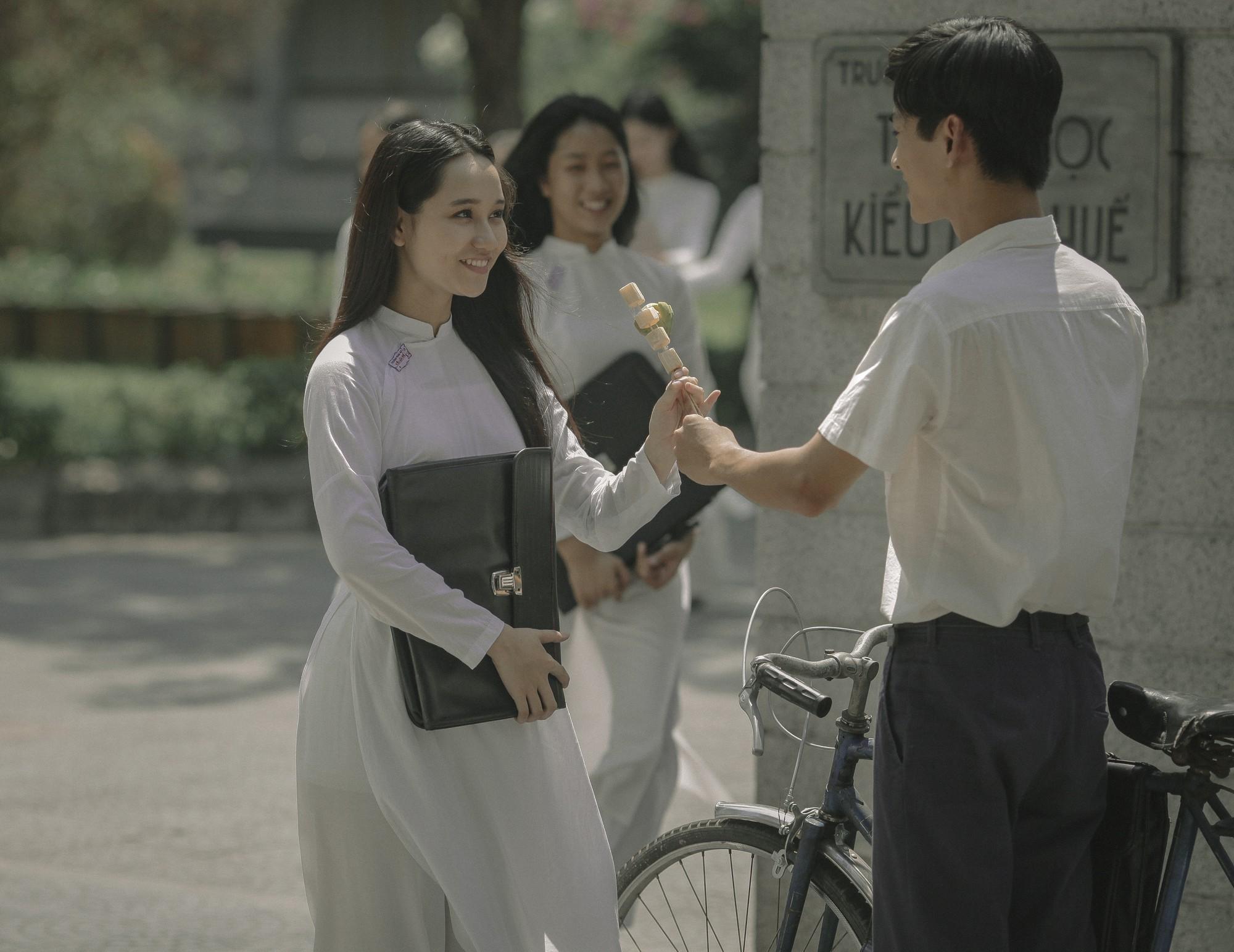 Hồi ức ùa về với bộ ảnh tựu trường Mắt Biếc: Hà Lan thướt tha tà áo dài trắng bên Ngạn si tình - Hình 2