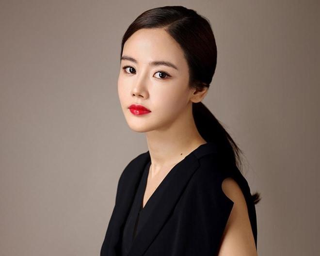 Style đối lập của hai diễn viên Hàn bị đồn ngoại tình với Ahn Jae Hyun - Hình 6