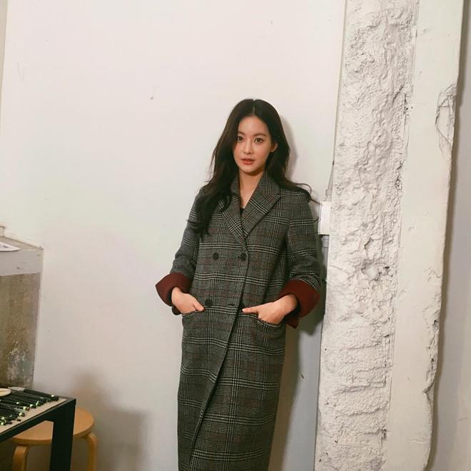 Style đối lập của hai diễn viên Hàn bị đồn ngoại tình với Ahn Jae Hyun - Hình 4