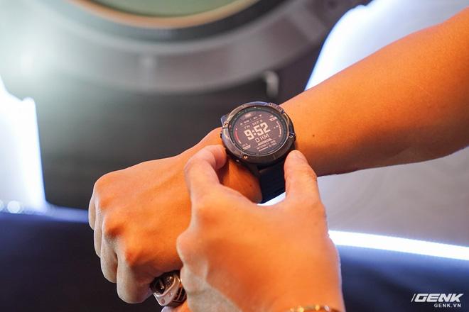 Cận cảnh Garmin Fenix 6X Pro Solar: Smartwatch đầu tiên nạp pin bằng năng lượng Mặt Trời, giá lên đến gần 29 triệu đồng cho bản cao cấp nhất - Hình 10