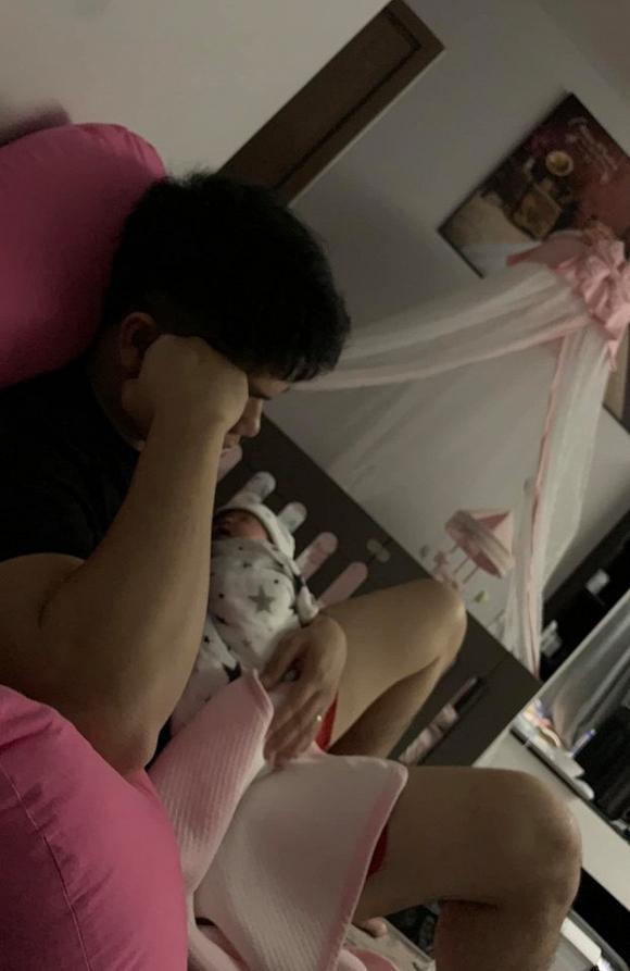 Chồng trẻ của Lê Phương chăm con gái mới sinh cực khéo bất kể ngày đêm - Hình 3