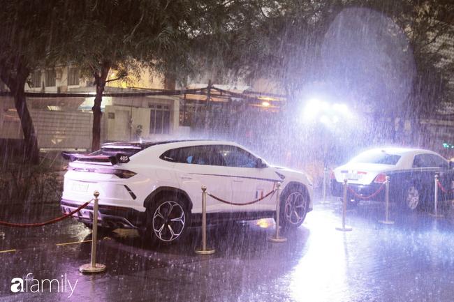 HOT: Sảnh cưới như khu vườn công chúa của con gái đại gia Minh Nhựa và màn trình diễn siêu xe trăm tỷ bất chấp dưới trời mưa - Hình 4
