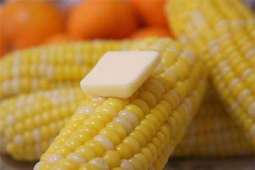 Luộc ngô chỉ cần thả thêm thứ này vào, đảm bảo hạt ươm căng mọng lại ngon ngọt bất ngờ - Hình 2