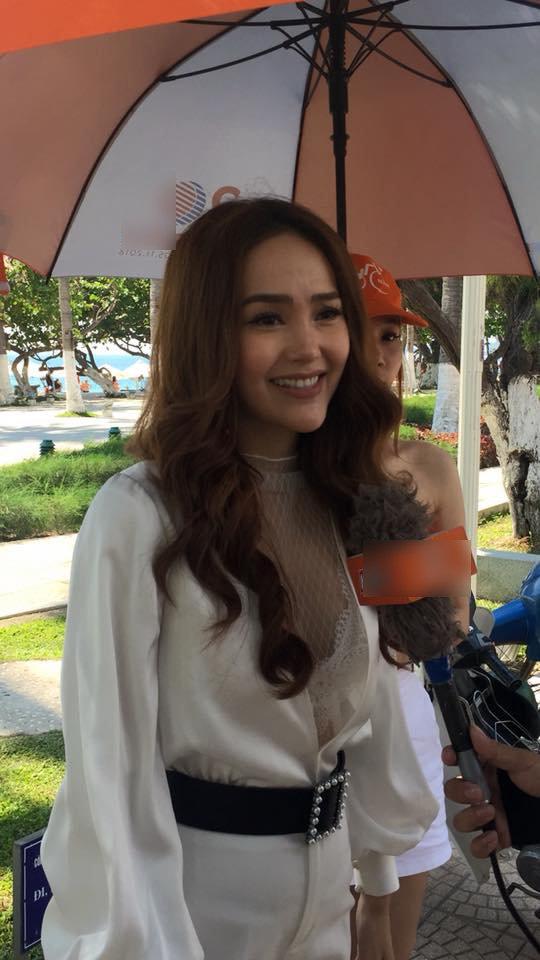 Mỹ nhân Việt khốn đốn vì vô tình lộ nhan sắc thật dưới ống kính của fans - Hình 4