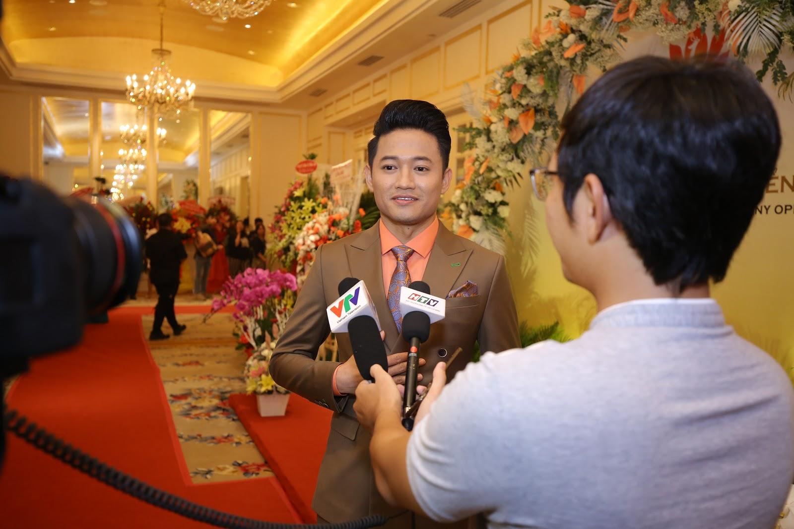 Quý Bình lên chức ông chủ được loạt mỹ nhân showbiz tới chúc mừng - Hình 1