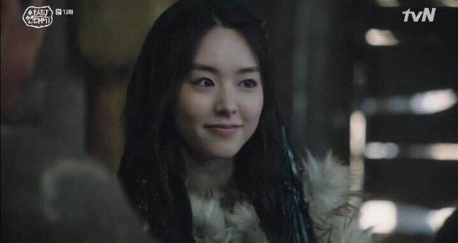 Song Joong Ki trở lại đầy ngoạn mục với Arthdal, nhưng người leo thẳng top 1 tìm kiếm lại là nữ nhân bí ẩn này đây! - Hình 2