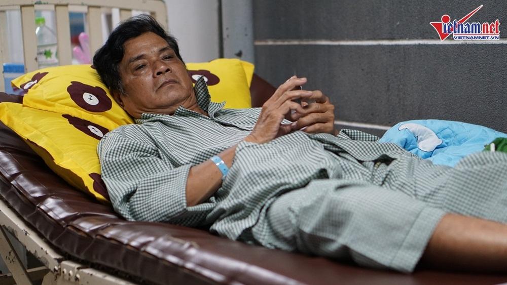Vợ nghệ sĩ Mai Trần xót xa nhìn chồng nằm hành lang viện chờ phẫu thuật - Hình 1