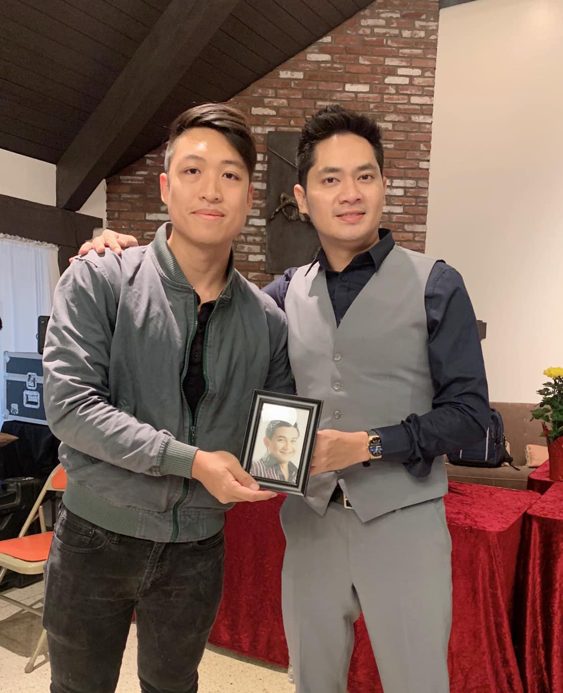 Khán giả xúc động vì diễn viên Minh Luân mang di ảnh của cố nghệ sĩ Anh Vũ sang Mỹ dự giỗ tổ sân khấu - Hình 7