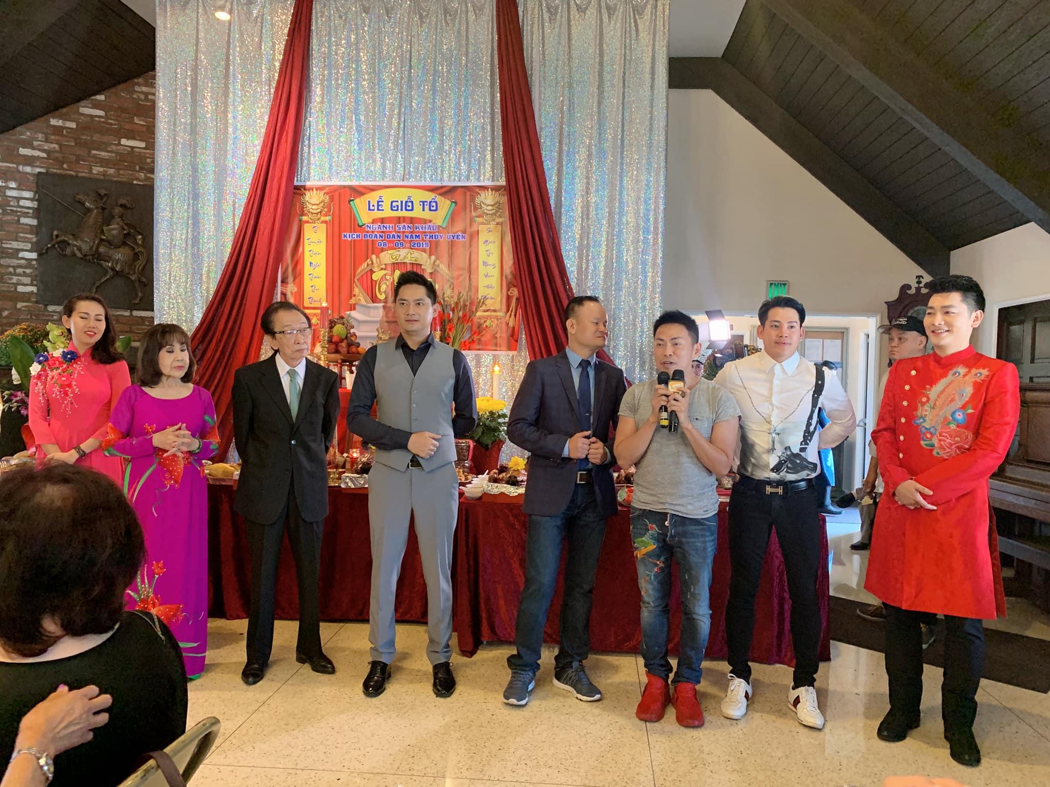 Khán giả xúc động vì diễn viên Minh Luân mang di ảnh của cố nghệ sĩ Anh Vũ sang Mỹ dự giỗ tổ sân khấu - Hình 2