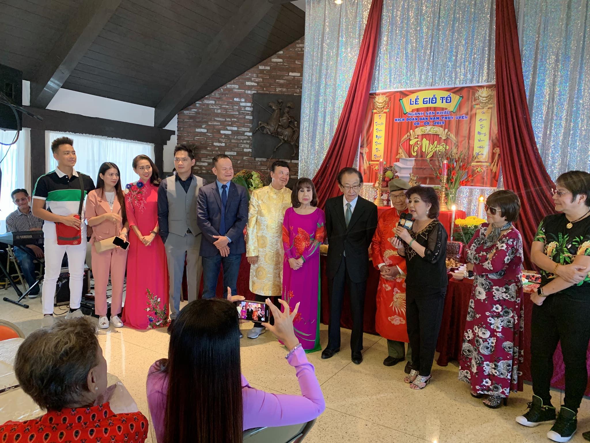 Khán giả xúc động vì diễn viên Minh Luân mang di ảnh của cố nghệ sĩ Anh Vũ sang Mỹ dự giỗ tổ sân khấu - Hình 1
