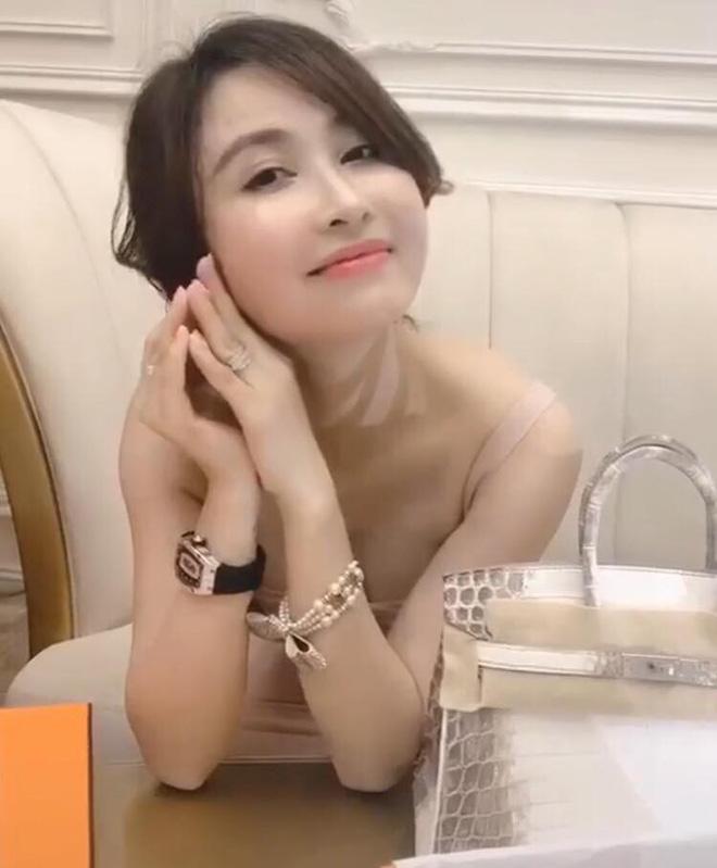 Mina Phạm - vợ 2 đại gia Minh Nhựa đăng clip đập hộp túi Hermès Birkin giá 10 tỷ khi con chồng đang tổ chức đám cưới - Hình 5