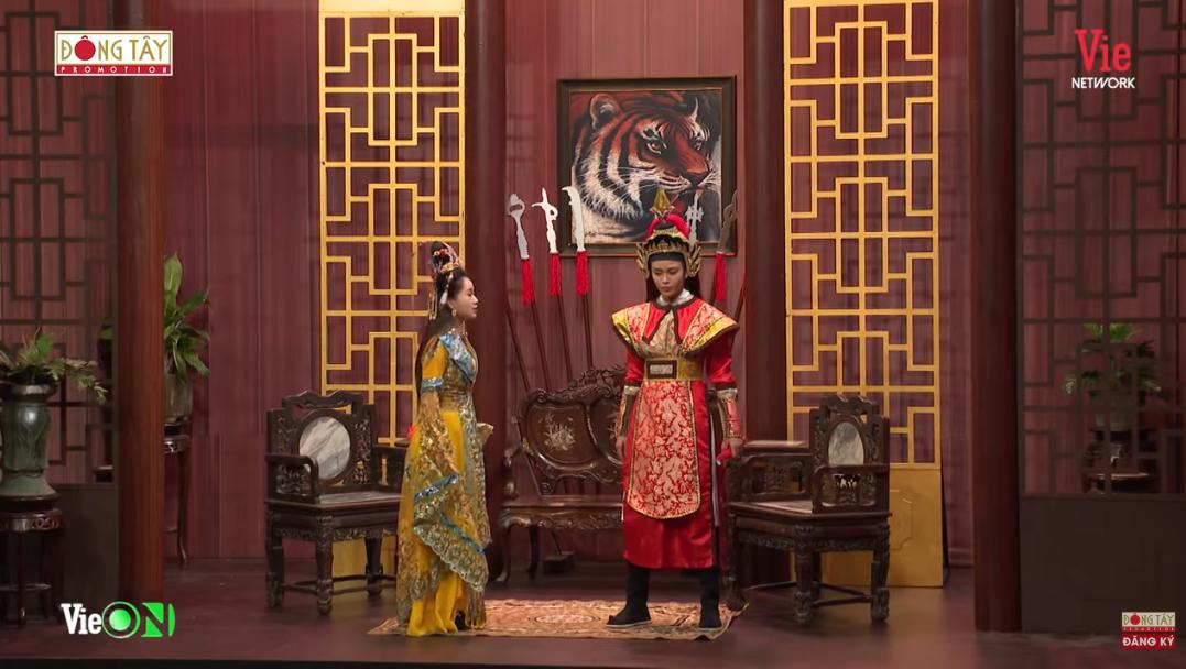 Nhiều chiêu trò như Trấn Thành cũng bất lực khi bị khách mời xông vào ôm, bóp cổ lôi đi trên sân khấu Ơn giời - Hình 6