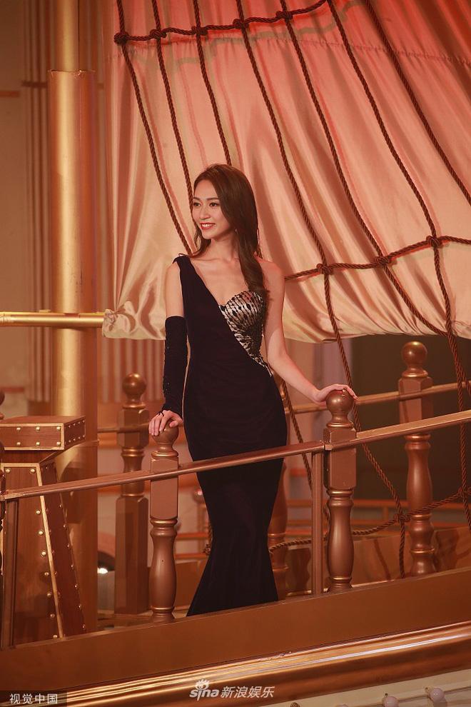 Tân Hoa hậu Hong Kong 2019 vừa đăng quang đã bị chê già nua, nhan sắc thua kém hoàn toàn Á hậu 1 - Hình 3