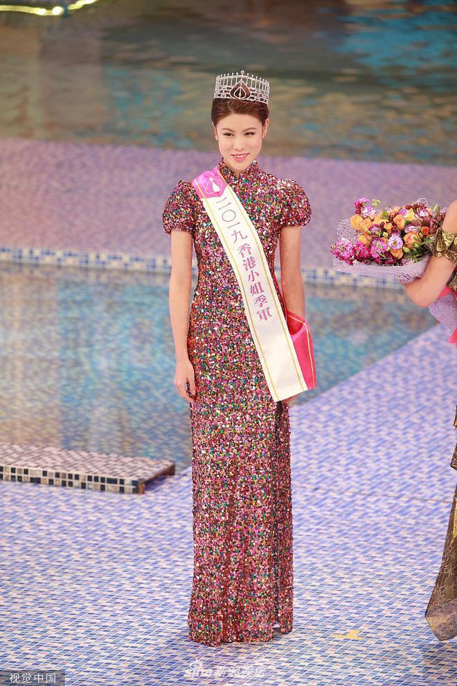 Tân Hoa hậu Hong Kong 2019 vừa đăng quang đã bị chê già nua, nhan sắc thua kém hoàn toàn Á hậu 1 - Hình 11
