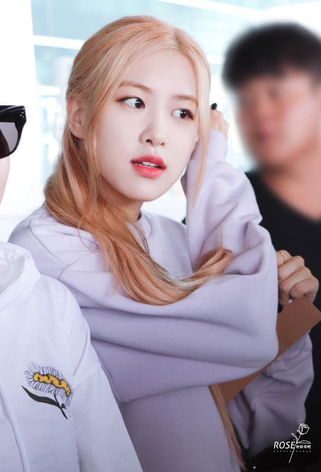 BLACKPINK gây náo loạn sân bay: Jennie ngầu như tổng tài, Lisa và Rosé đơn giản nhưng xinh như búp bê sống - Hình 6