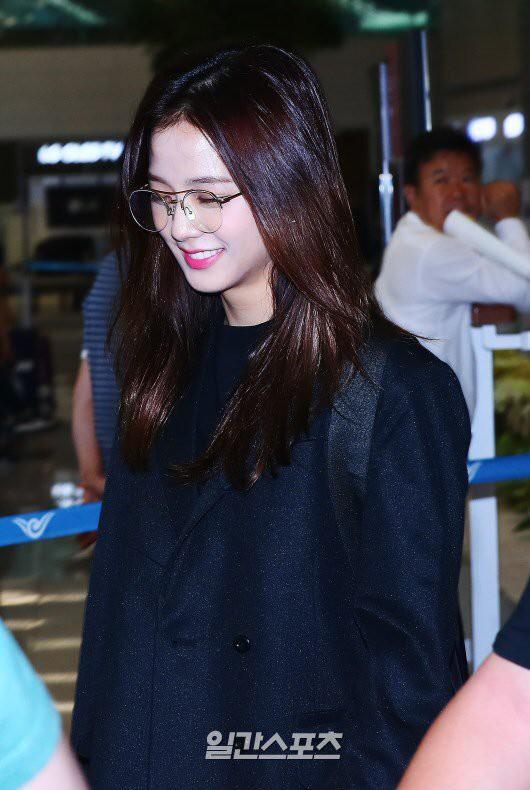 BLACKPINK gây náo loạn sân bay: Jennie ngầu như tổng tài, Lisa và Rosé đơn giản nhưng xinh như búp bê sống - Hình 15