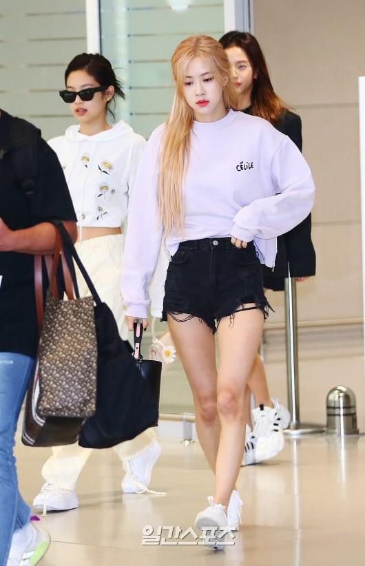 BLACKPINK gây náo loạn sân bay: Jennie ngầu như tổng tài, Lisa và Rosé đơn giản nhưng xinh như búp bê sống - Hình 4
