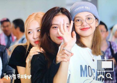 BLACKPINK gây náo loạn sân bay: Jennie ngầu như tổng tài, Lisa và Rosé đơn giản nhưng xinh như búp bê sống - Hình 18