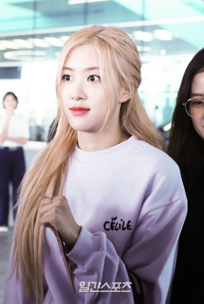BLACKPINK gây náo loạn sân bay: Jennie ngầu như tổng tài, Lisa và Rosé đơn giản nhưng xinh như búp bê sống - Hình 9