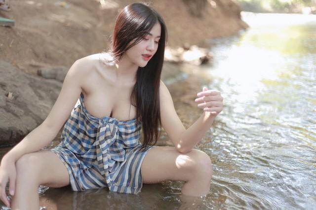 Hờ hững quấn khăn chụp ảnh bên suối, hot girl gợi cảm khiến cộng đồng mạng bỏng mắt - Hình 2