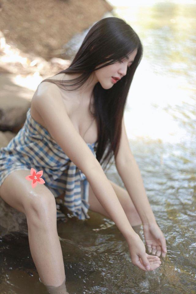 Hờ hững quấn khăn chụp ảnh bên suối, hot girl gợi cảm khiến cộng đồng mạng bỏng mắt - Hình 7