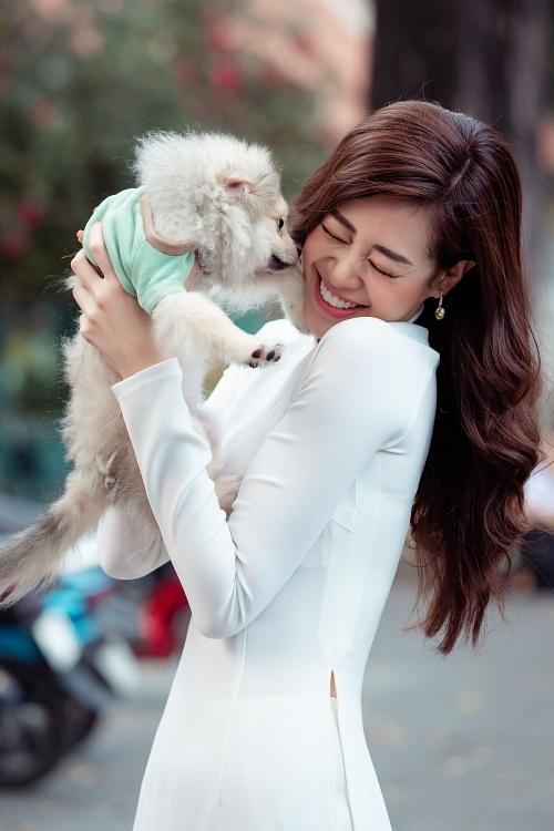 Hoa hậu Khánh Vân dạo phố cùng bố - Hình 6