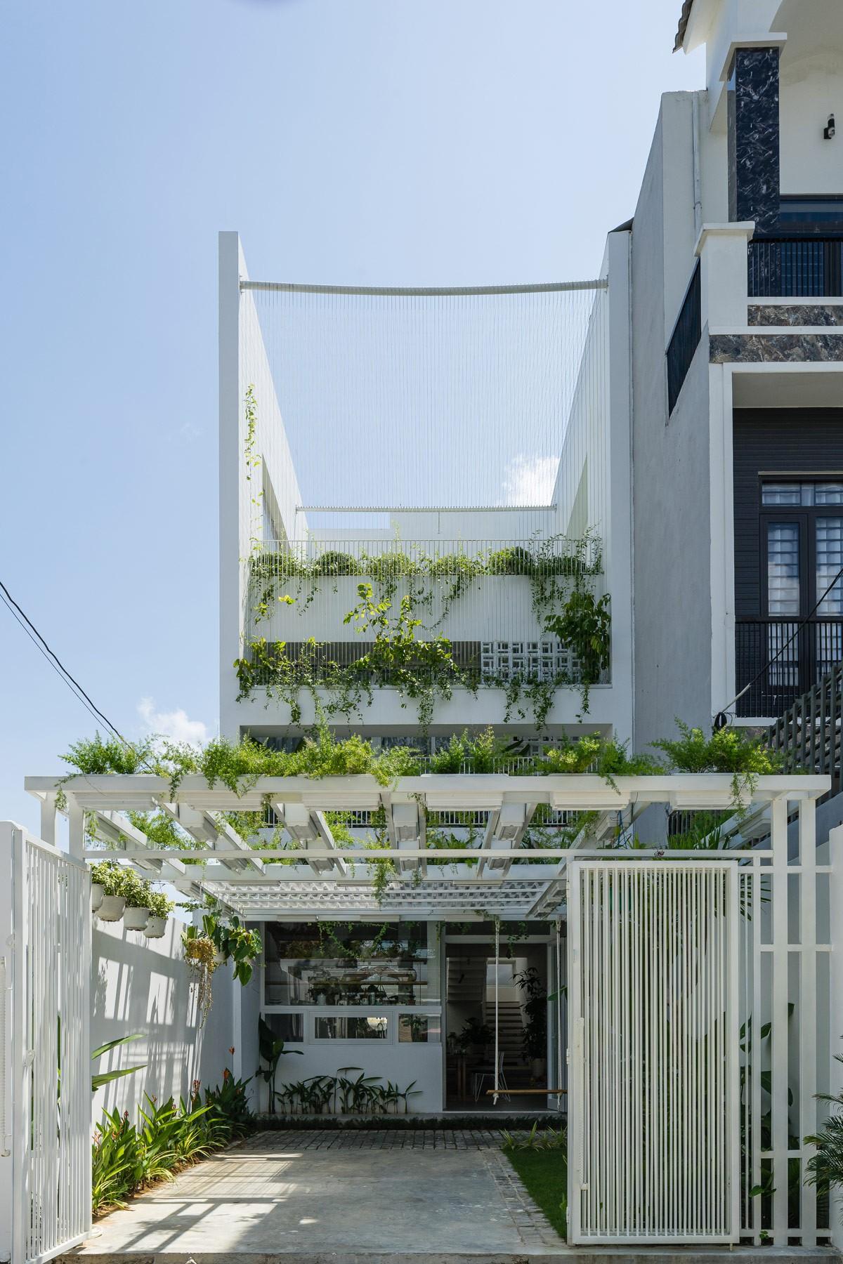 Ngôi nhà có không gian tự nhiên thư giãn cùng hồ cá bên trong - Hình 1