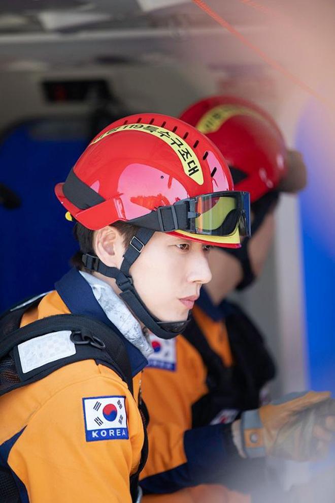 Park Hae Jin làm lính cứu hộ máu lửa với KPI 5000 tỉ nhét ví trong Forest của KBS - Hình 1