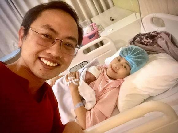 MC Phí Linh lần đầu khoe ảnh cho con bú cực yêu, mặt mộc ghi điểm đậm với cư dân mạng - Hình 1