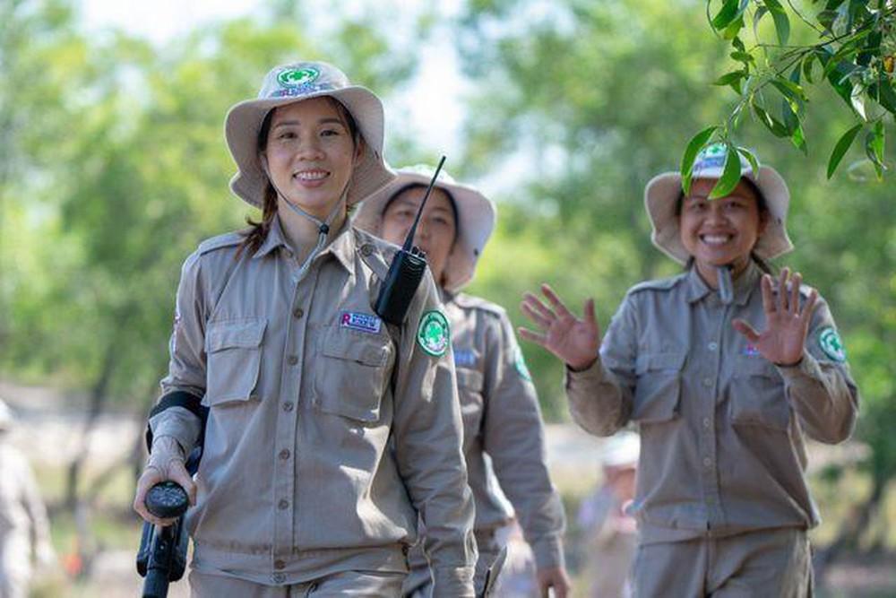 Những người phụ nữ dò mìn ở Quảng Trị - Hình 1
