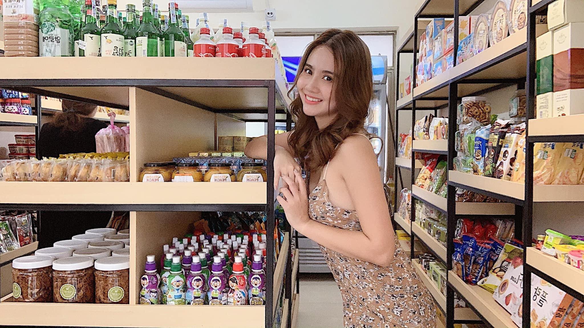 Phong cách thời trang cực gợi cảm của nữ giám khảo cuộc thi hoa hậu chui - Hình 2