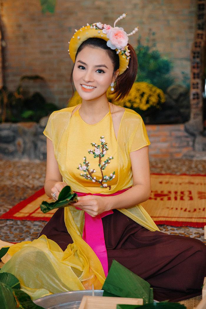 Vũ Thu Phương cùng dàn Hoa hậu H'Hen Niê, Khánh Vân dịu dàng trong tà áo tứ thân du xuân - Hình 1