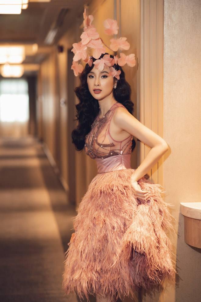 Diện cùng mẫu váy, Hari Won và Angela Phương Trinh chia nhau giải mặc xấu vì lộ mút ngực - Hình 1