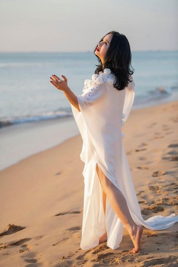 Diva Thanh Lam trẻ trung như gái đôi mươi trong loạt ảnh trước biển - Hình 4