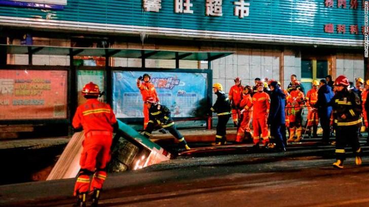 Mặt đất Trung Quốc nứt toang nuốt xe buýt, 6 người thiệt mạng - Hình 1