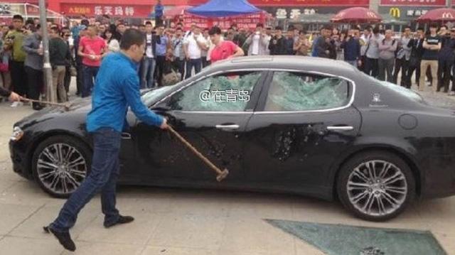 Người đàn ông Trung Quốc đập nát kính xe Audi vì mâu thuẫn - Hình 1