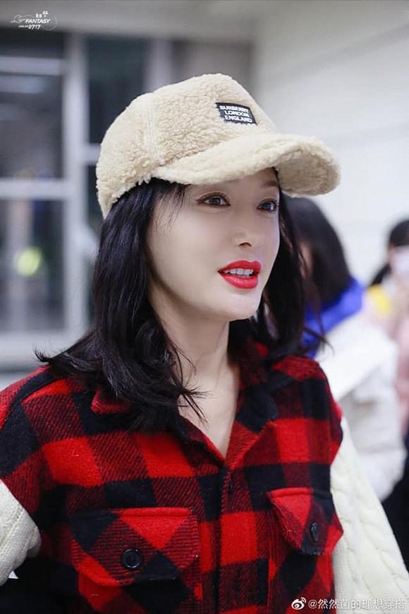 Phú Sát Hoàng hậu Tần Lam hút ánh nhìn ở sân bay với style cực chất nhưng hành động này của cô mới đáng chú ý - Hình 1