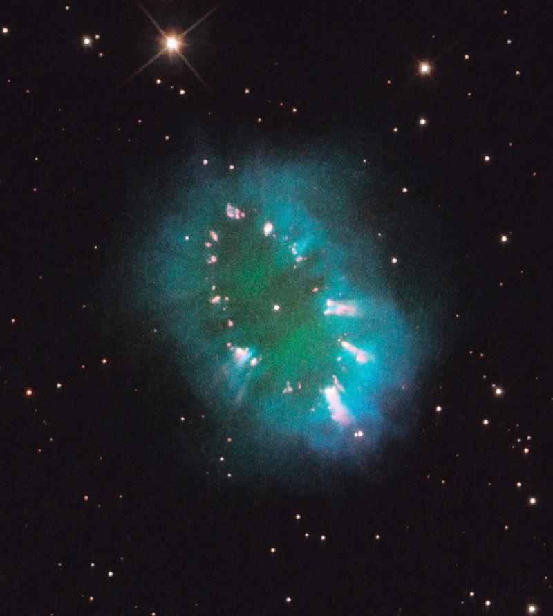 Sửng sốt Hubble bắt được hình vòng cổ rực rỡ trong vũ trụ - Hình 1