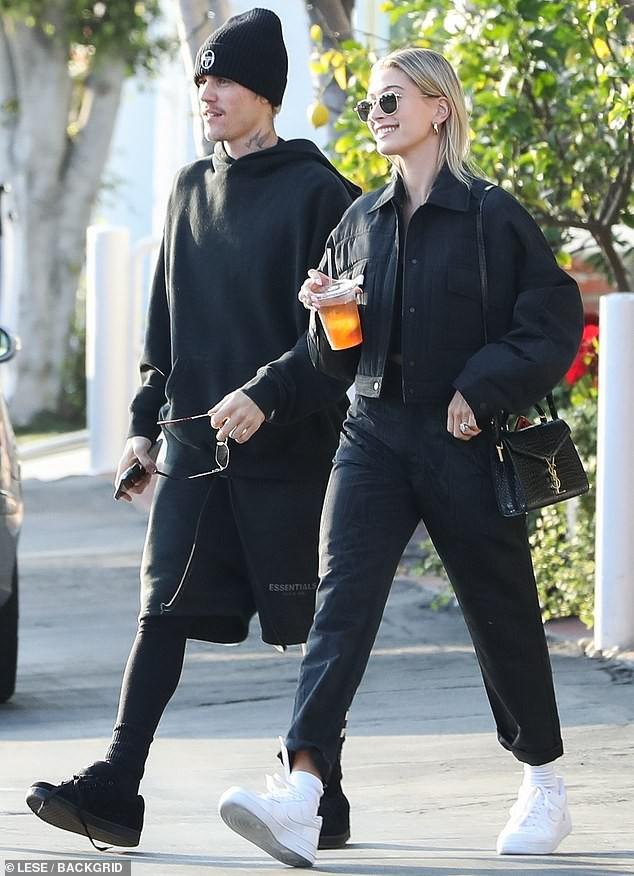 Vợ chồng Justin Bieber mặc đồ ton sur ton, vui vẻ ôm nhau giữa phố - Hình 1