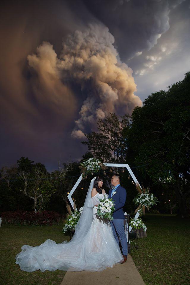 Hai đôi vợ chồng tổ chức đám cưới lúc núi lửa phun trào, cháy rừng - Hình 1